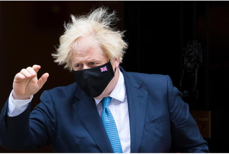 Dietrofront di Johnson dopo le polemiche, farà isolamento