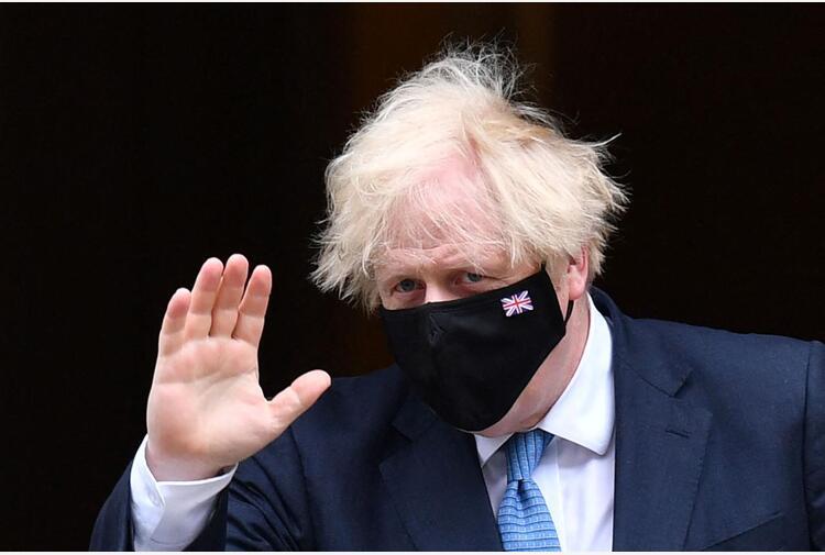 Johnson, dietrofront dopo polemiche: farà quarantena covid