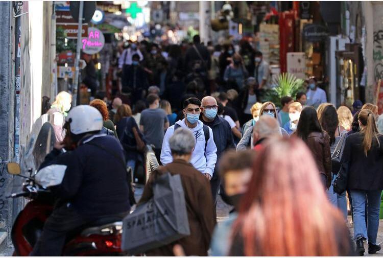 Covid Italia, contagi in aumento: chi rischia zona gialla