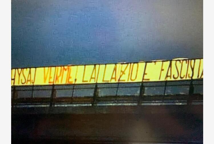 Hysaj, striscione ultras: 'Verme, la Lazio è fascista'. Il club condanna