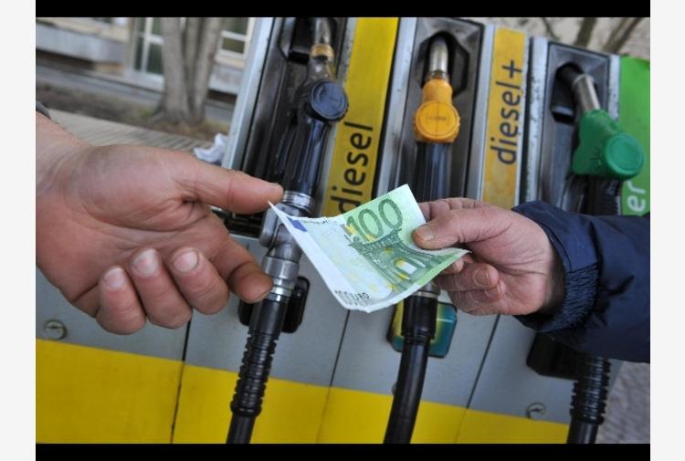 Benzina: prezzi salgono ancora, media a 1,655 euro al litro