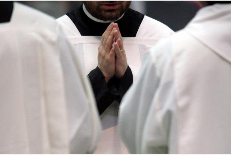 Il parroco: 'Chi non è vaccinato non venga in chiesa': polemiche