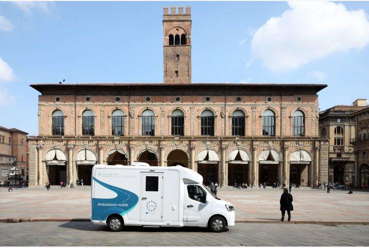 La campagna vaccinale dell'Emilia-Romagna viaggia in camper, da lunedì anche in spiaggia