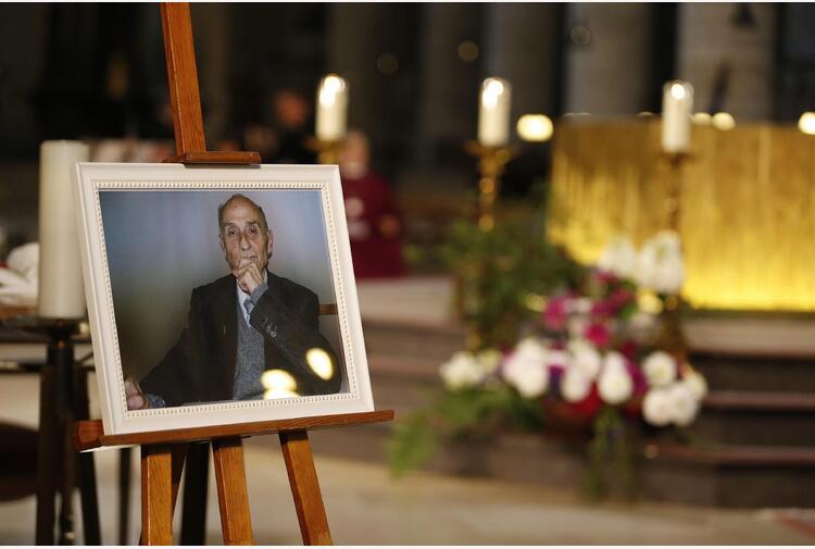 Francia: Macron omaggia padre Hamel, 'non dimentichiamo'