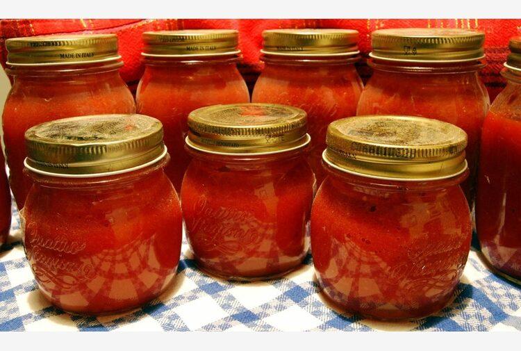 Conserve di pomodoro, torna di moda l'home made. Le Linee guida del Ministero della Salute