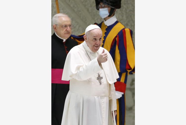 Papa: con il sorriso tra fedeli, ad un mese dall'intervento