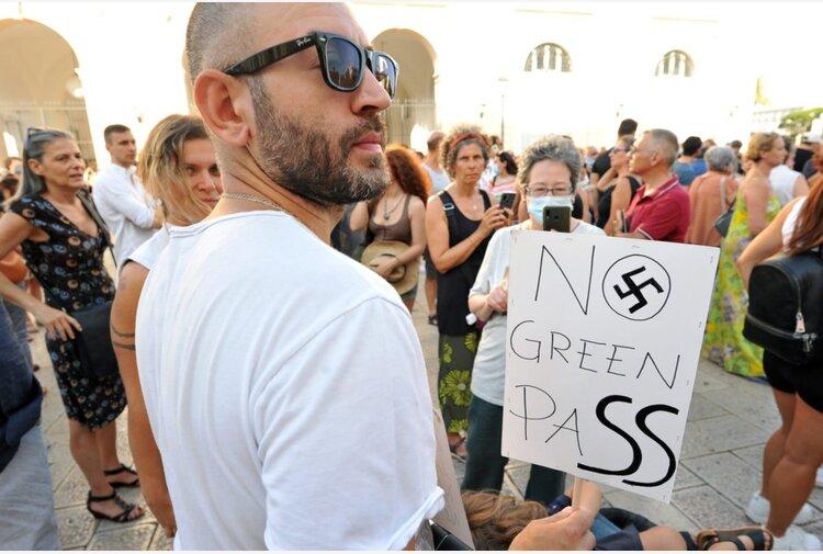 A Napoli fiaccolata 'No Green Pass', sui cartelli Draghi in versione Hitler