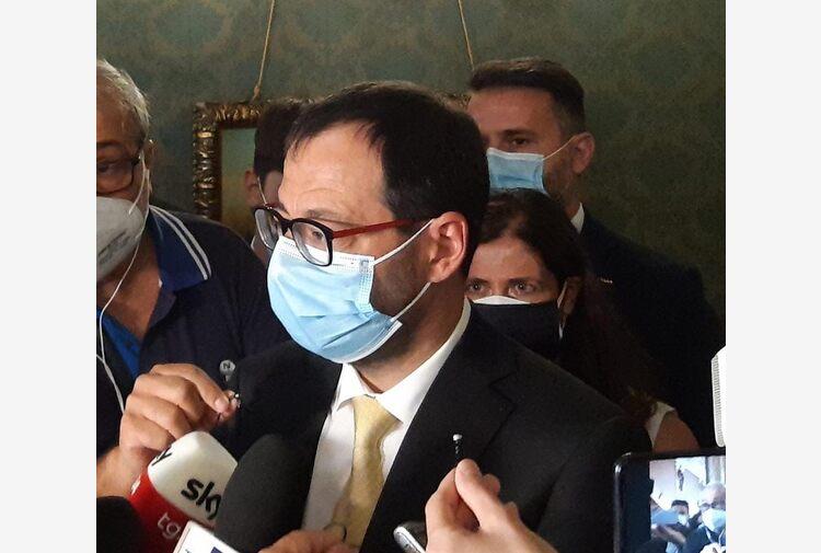 """Incendi, Patuanelli a Palermo """"Fondi ci sono ma piani non attuati"""""""