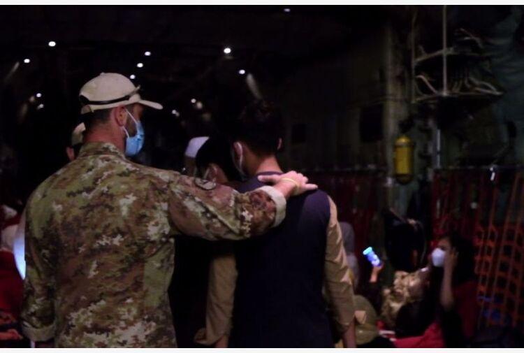 "Ultimo volo dall'Afghanistan, Guerini ""Evacuati 4.890 cittadini"""