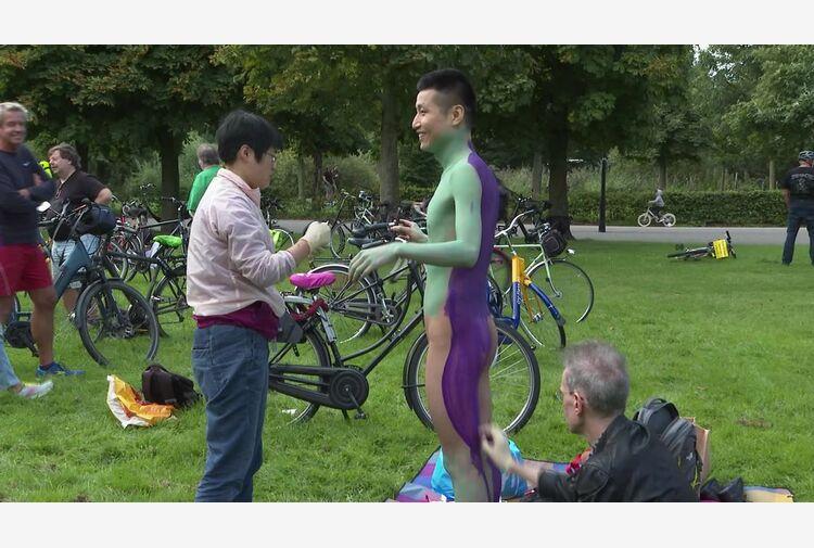 Ad Amsterdam la parata dei ciclo-nudisti: così le auto ci notano