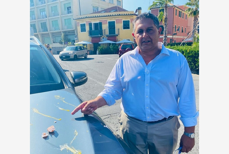 Liguria, no-vax lanciano uova contro auto presidente Toti