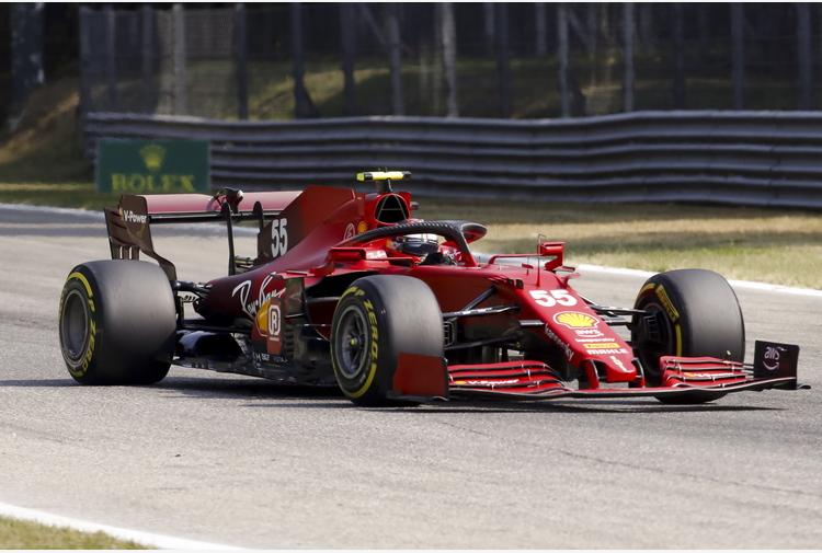 F1: Monza; Sainz sbatte ad Ascari, Ferrari danneggiata