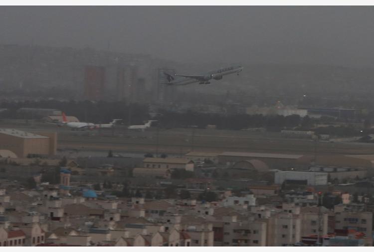 Volo commerciale atterra a Kabul,primo da ritorno talebani