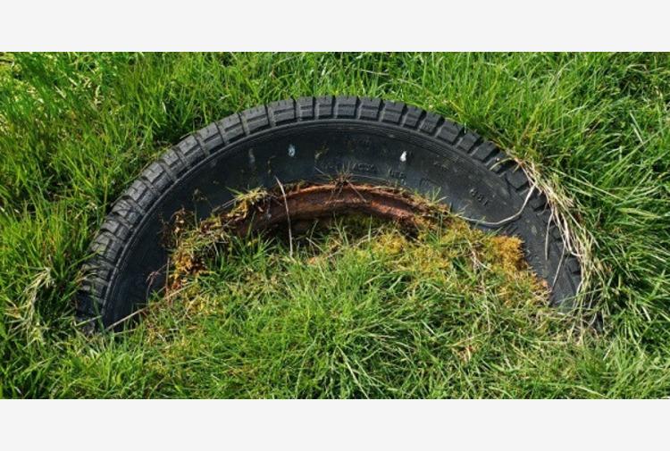 Legambiente ed EcoTyre a Gioia Tauro rimuovono pneumatici abbandonati
