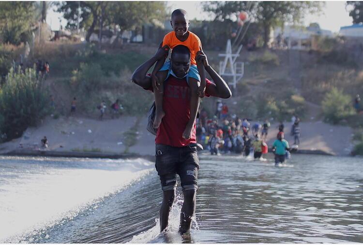Pronti voli per rimpatriare migranti al confine Usa-Messico