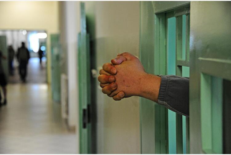 Carceri: Sappe, detenuto tenta strangolare agente