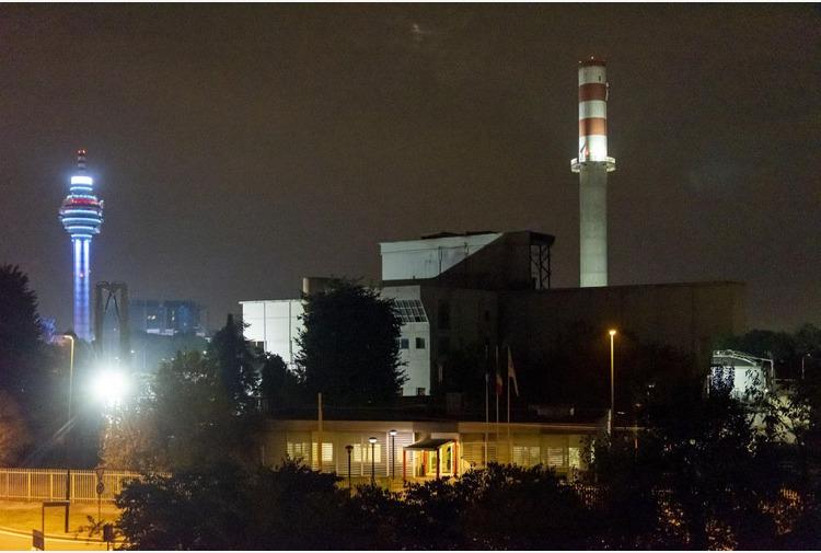 Demolito il camino inceneritore per la nuova biopiattaforma a Sesto