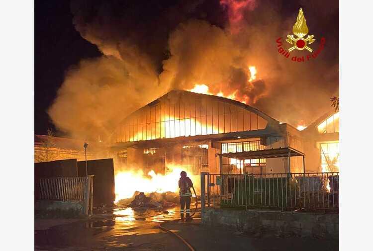Incendio in capannoni industriali nel Pratese