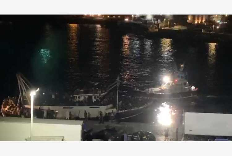 Migranti: dopo maxi sbarco altri 4 arrivi a Lampedusa
