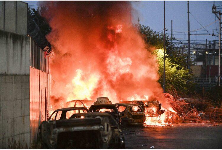 Auto in fiamme davanti a un campo nomadi a Milano