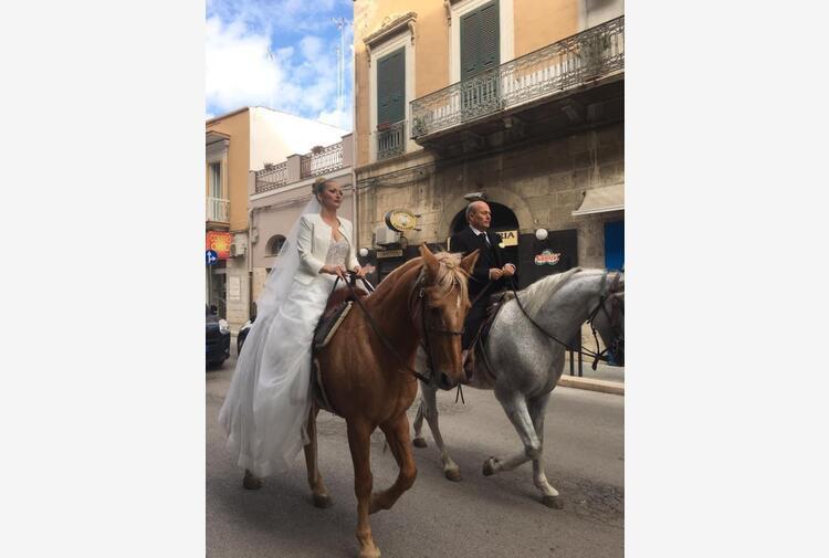 Stupore a Barletta, sposa arriva a cavallo in chiesa