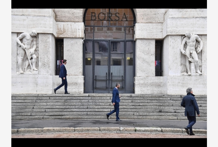 Borsa: Milano fiacca (-0,1%), male le banche, corre Moncler