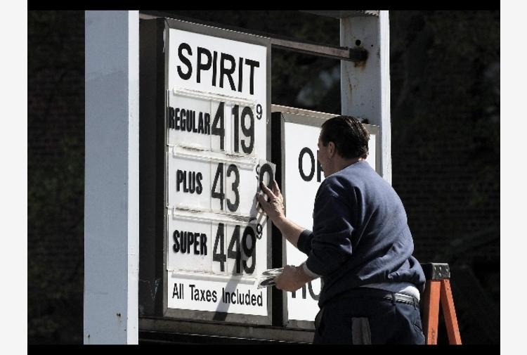 Petrolio: greggio sale ancora, è a 81,11 dollari